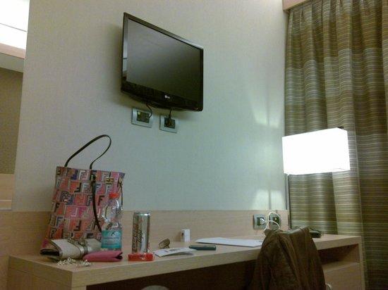 iQ Hotel Roma: TV e scrivania
