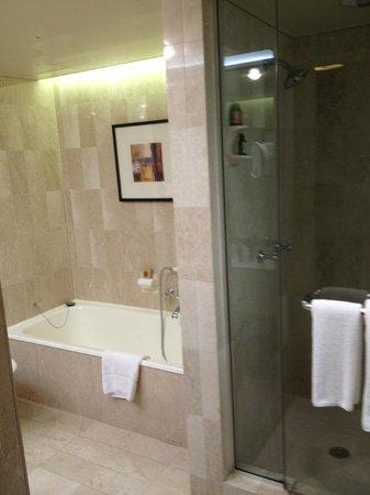 Four Seasons Hotel Sydney: Separate bath and shower