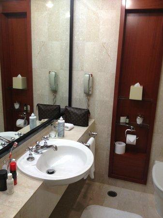Four Seasons Hotel Sydney: Bathroom with only one sink
