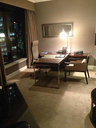 Four Seasons Hotel Sydney: Desk area