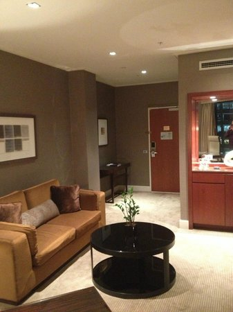 Four Seasons Hotel Sydney: Sitting area in suite
