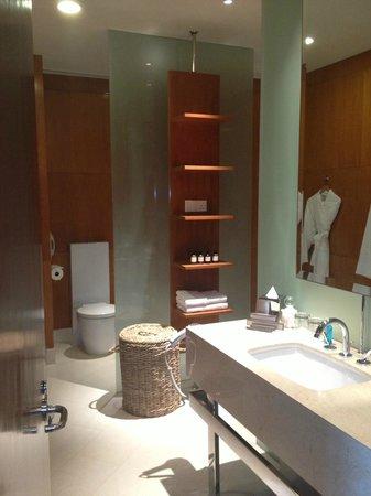 Fairmont Singapore: Bathroom
