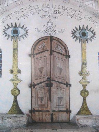 Chapelle de Saint-Pierre-des-Pêcheurs : Portone d'ingresso decorat a trompe l'oeil, fiancheggiato dai camdelabri dell'apocalisse