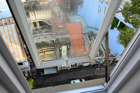 Sanouva Saigon Hotel : Window looking down to the street
