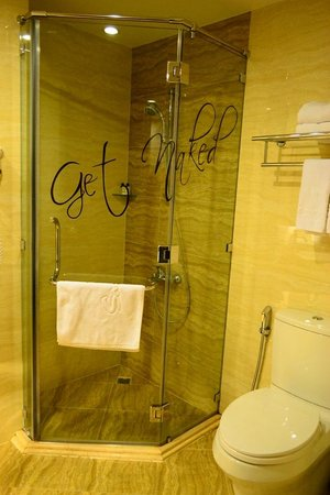 Sanouva Saigon Hotel: Shower & toilet