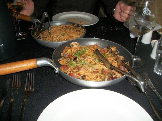 La Maltija: Spaghetti alle vongole(primo piano); Spaghetti a polpo.
