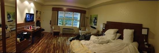 Hôtel et Suites Le Dauphin Drummondville : Belle chambre mais bruyante avec le balcon sur la piscine intérieure et le bruit suite au mariag