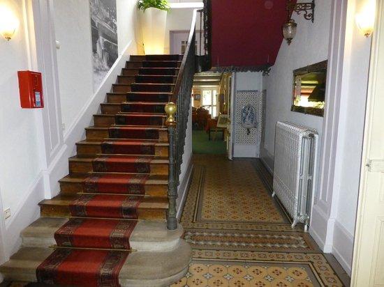hall d\'entrée avec escalier d\'époque - Picture of Logis La Residence ...
