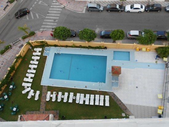 Piscina picture of aparthotel veramar malaga fuengirola for Piscina inacua malaga