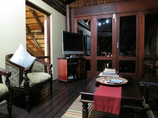 Elephant Plains Game Lodge: TV and reading room; upstairs main lodge