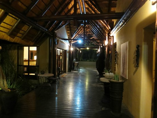 Elephant Plains Game Lodge: Corridor through the main lodge