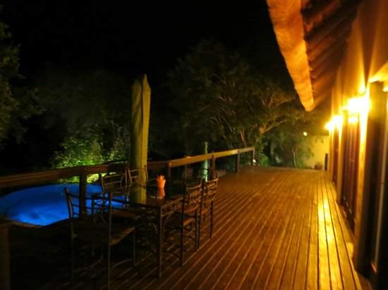 Elephant Plains Game Lodge: Outside dinning room, deck area and pool