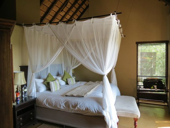 Elephant Plains Game Lodge: Our bed; luxury suite, Rhino Room