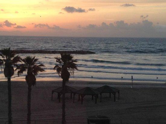 Sheraton Tel Aviv Hotel: Blick beim Sonnenuntergang aus der Lobby des Hotels zum Strand