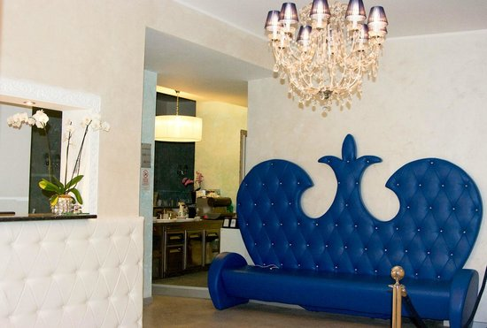 Hotel Blumarin: My favourite BLU sofa! Everything is blue and white in the decor.