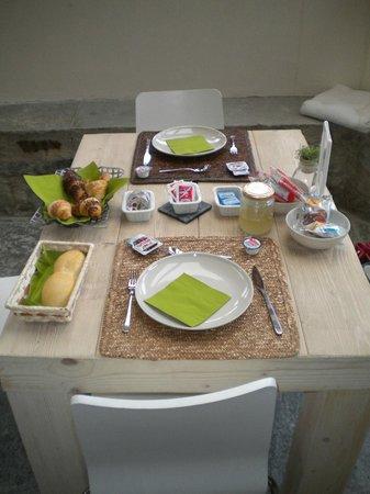 B&B Ca Viro : tavolo apparecchiato per la colazione