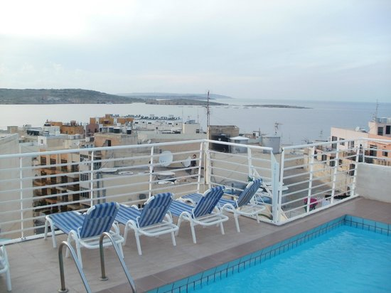 Shamrock Apartments: roof top pool and sea view