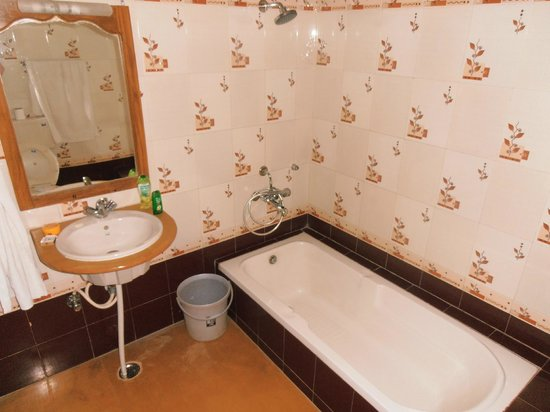 Hotel Pol Haveli : Salle de bain encore mieux en vrai