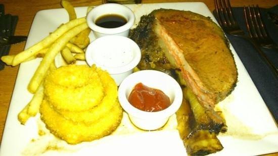 Hungry Hunter Steakhouse: Costoletta con patatine fritte e anelli di cipolla