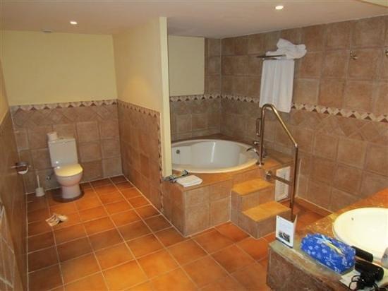Hotel Best Jacaranda: Large bathroom part of the suite in 589.