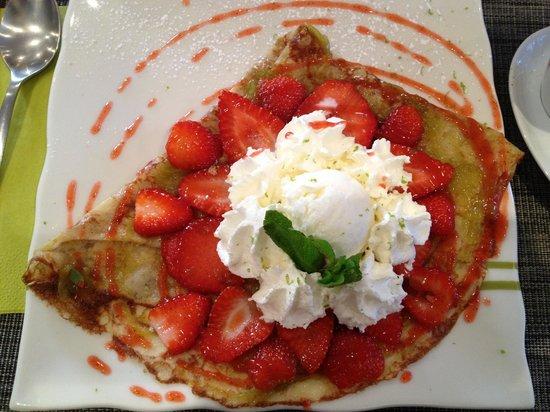Creperie du Moment : Crèpe fraise de Carpentras, rhubarbe chantilly et glace au yahourt maison, un délice!!!!!