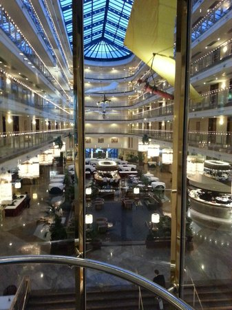 Maritim Airport Hotel Hannover: Lobby from the elevator