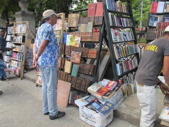 Old Havana: Stands de libros en Plaza de Armas