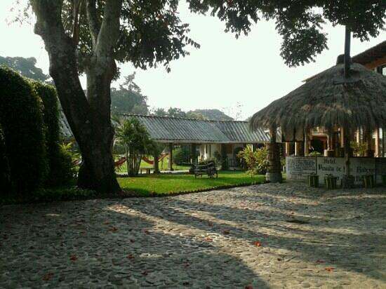 Hotel Posada de Don Rodrigo Panajachel: Jardín en dirección al restaurant