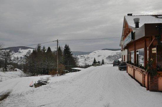 Auberge Le Couchetat : Auberge sous la neige