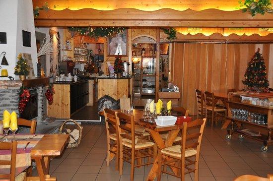Auberge Le Couchetat : Comptoir et salle-à-manger