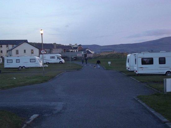 Strandhill Caravan and Camping Park: Walkway leading to promenade, pubs and restaurants