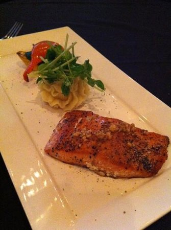 Carver's Steakhouse & Lounge: salmon very good