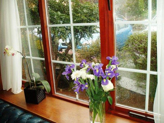 Hotel Port Dinorwic: Window, upstairs bedroom