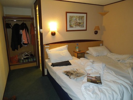 Campanile Hotel Basildon East London: no space between beds
