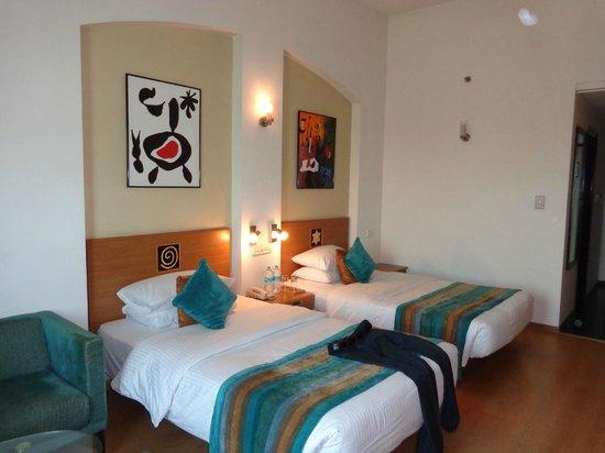 Lemon Tree Hotel, East Delhi Mall, Kaushambi: my room with sleepy bed ..