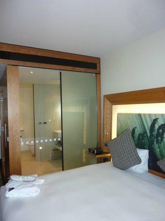 La grande vetrata che comunica con la camera da letto