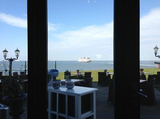 't Veerhuis Lands End : Nog een uitzicht vanuit het restaurant naar de boot naar Texel