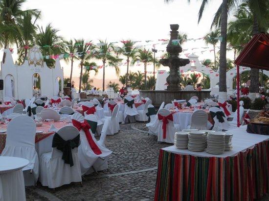 Las Hadas By Brisas: Mexican fiesta in courtyard