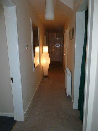 Ben Bheula B&B : couloir reliant les chambres et allant vers la veranda