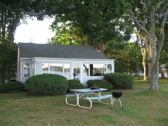 Silver Sands Motel & Beach Cottages: Cabin 33 and front yard