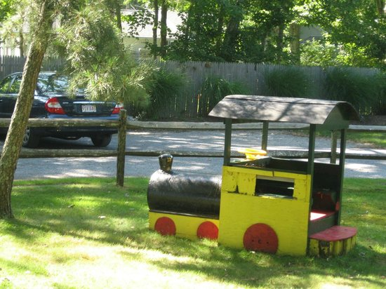 Silver Sands Motel & Beach Cottages: Front yard of cabin 33 with train for kids