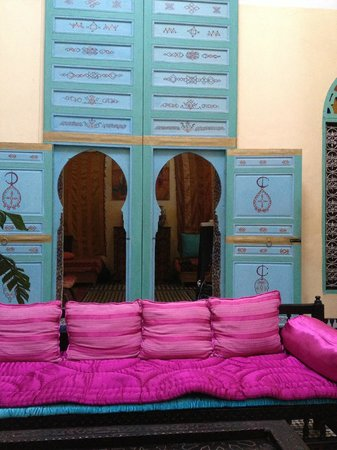 Riad Amazigh Meknes: beautiful colors in the common sitting area
