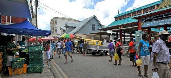 Le Meridien Fisherman's Cove: Centro de Victoria a Capital de Seychelles