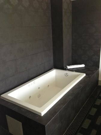 ‪ذا بادري هوتل: tub in addition to large shower‬