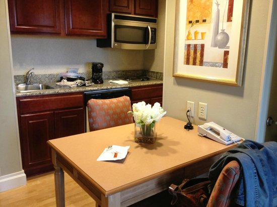 Homewood Suites West Palm Beach: Kitchen