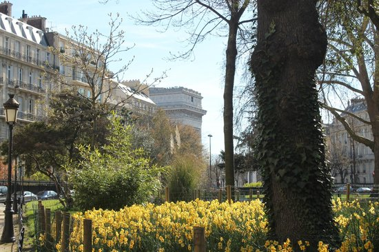มอน โฮเต็ล: Paris in the spring :-) The park 1 min away from the hotel