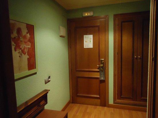 Hotel Zenit Sevilla: entrada a la habitacion