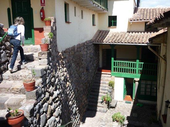 Hostal Corihuasi: cortile con gli ingressi alle varie camere