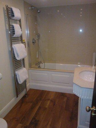 Rushton Hall Hotel and Spa: Bathroom
