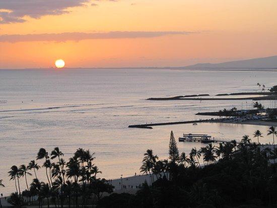 Embassy Suites by Hilton Waikiki Beach Walk: Sunset view